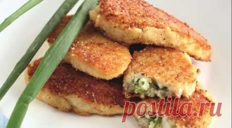 Картофельные пирожки с зеленым луком              ИНГРЕДИЕНТЫ  400 г картофеля 400 г жирного творога 3 яйца 1 большой пучок зеленого лука 2 ст. л. кукурузного крахмала 2 ст. л. мелкой манки 1 ст. л. растительного масла соль - по вкусу т…