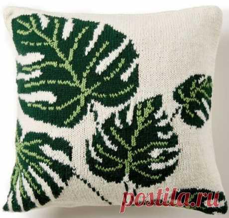 Подушка с крупными листьями, связанная спицами.