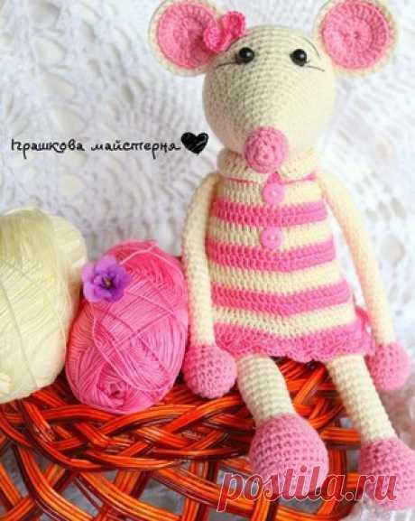 PDF Мышка в платье. Бесплатный мастер-класс, схема и описание для вязания плюшевой игрушки амигуруми крючком. Вяжем игрушки своими руками! FREE amigurumi pattern. #амигуруми #amigurumi #схема #описание #мк #pattern #вязание #crochet #knitting #toy #handmade #поделки #pdf #рукоделие #мышка #мышонок #mouse