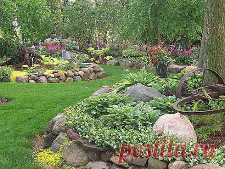 """Если у вас в саду не получается организовать водоем, то можно сделать небольшой """"сад камней"""" или """"каменный водопад"""". Выглядит тоже очень красиво!"""