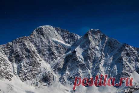 Россия, Приэльбрусье, вершины Донгузорун и Накратау. Снимал Алексей Оборотов с горы Чегет. Доброй ночи!