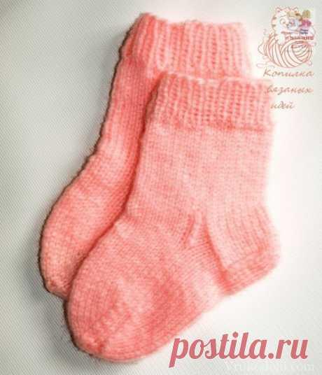 #вязание_для_детей@modnoe.vyazanie Детские носочки.  Чтобы связать носки для ребенка шести месяцев, вам понадобится 100 грамм мягкой теплой пряжи и пять чулочных спиц № 3,5. Для вязания малышам идеально подходит детский акрил, например, Super baby Victoria (360 м/100 г). Резинка: вязать поочередно 1 лиц, 1 изн. Круговое вязание – вязать лиц. п. Плотность вязания: 2,5 п. х 3,6 р. = 1 х 1 см. Порядок работы  1. Набрать 40 п. на четыре спицы (по 10 п. на каждой), вязать резин...