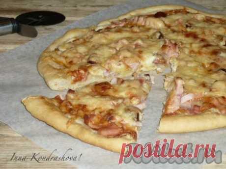 Рецепт пиццы с колбасой в духовке - 14 пошаговых фото в рецепте Хочу поделиться рецептом приготовления в духовке замечательной пиццы с колбасой. Тесто получается очень вкусным, легко формируется. Из этого количества теста и ингредиентов я выпекаю две пиццы с тонкой основой. С начинкой можно экспериментировать и подбирать её под свой вкус.  Ингредиенты