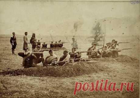 Solvremeni del 161 regimiento Aleksandropolsky de infantería conducen el tiroteo de las trincheras. Aleksandropol. El distrito Aleksandropolsky. La provincia Erivansky. El Imperio Ruso. De 1877-1878. \/ la información histórica