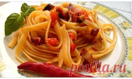 Итальянская традиционная паста аматричана - Pasta all'Amatriciana.  Соус для пасты алла аматричана готовят с беконом, сыром пекорино и помидорами.
