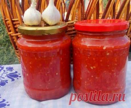 Аджика, которую не надо варить! Экономим время! помидоры — 4 кг перец болгарский — 1,5 кг перец чили — 3 шт. чеснок — 200 г уксус (9%-ный) — 200 мл соль — 2 ст.л. Как приготовить холодную аджику из перца: 1. Помидоры сначала вымоем, а затем обсушим. 2. Перец болгарский точно так же как и помидоры, вымоем и обсушим. 3. Теперь обрежем болгарским перцам плодоножки. А вот семечки можно не удалять. И это большой плюс, ведь они придают очень своеобразный вкус аджике! 4. Подготовим перчик чили и чес