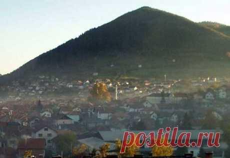 """Высокая пирамида около города Високо.Около города Високо (Босния и Герцеговина) расположен необычный холм, напоминающий по форме пирамиду. Местный энтузиаст Семир Османагич провел на ней первые раскопки и заявил, что обнаружил остатки облицовочного камня и тоннелей, уходящих вглубь """"здания""""."""