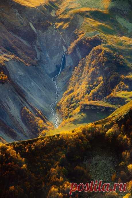 Грузия. Вид на водопад с Крестового перевала. Автор фото – Роман Микрюков.
