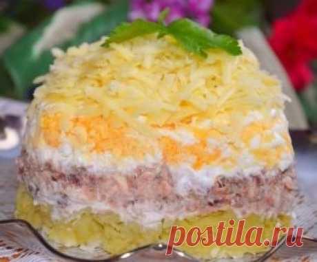 Салат с консервированной рыбкой  Слоями снизу вверх:  - картошка вареная 3-4 шт средних  - скумбрия в масле 1 банка  - лук репчатый (обдать кипятком) 1 шт  - яйца вареные 3 шт  - сыр твердый 100 г  Промазать слои майонезом, при желании посолить.  Приятного аппетита!