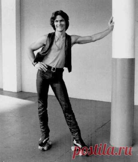 Скейтаун (Skatetown, U.S.A., 1979) О моде на роликовые коньки. В фильме герои с роликов практически не слезают - на них они любят, ссорятся и даже сражаются, и сейчас это смотрится не столько старомодно, сколько смешно…