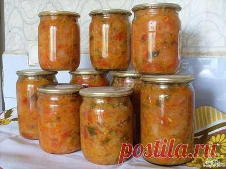 Солянка (на зиму)  1,5 кг капусты, 1,5 кг помидоров, 1 кг огурцов, 1 кг лука, 1 кг моркови, 0,5 кг перца. Для маринада: 1 стакан сахара, 100 мл раст масла, 100 мл столового уксуса, 2 ст. л соли, лавровый лист и черный перец горошком по вкусу. Капусту нашинковать тонкой соломкой, морковь на крупной терке, перец – соломкой, огурцы, помидоры, лук – кубиками. Все овощи выложить в кастрюлю, залить ингредиентами для маринада, хорошо перемешать и варить около часа. Солянку разлож...