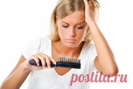 Que hacer, si caen fuerte los cabellos. La lucha contra la caída de los cabello y las entradas