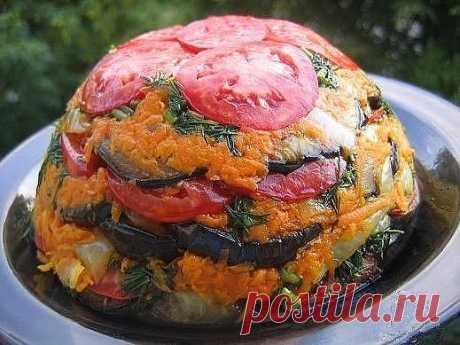 Овощной торт - пальчики оближете! Лучше любых закусок!  Ингредиенты Баклажаны - 2-3 шт. Морковь - 2 шт. Помидоры - 3-4 шт. Лук - 1 шт. Чеснок - 2 зубчика. Свежая зелень - укроп, петрушка. Соль - по вкусу.  Как готовить овощной торт: Шаг 1 Баклажаны нарезать тоненькими кружочками, посолить и обжарить в масле. Шаг 2 Лук нарезать полукольцами, морковь натереть на крупной терке и все вместе обжарить. Шаг 3 Глубокую форму выстелить пищевой пленкой. Шаг 4 Далее выкладывать овощи...