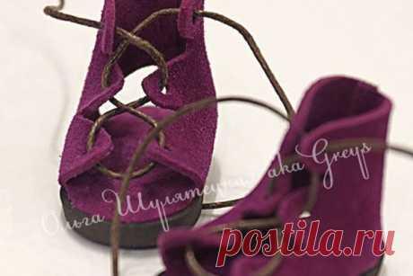 Обувь, которую не нужношить Благодаря этому несложному МК от Ольги Шулятецкой вы научитесь делать своими руками обувь для кукол — сандалии, детали которых не потребуется сшивать. Также для них не нужны особые умения и потребу…