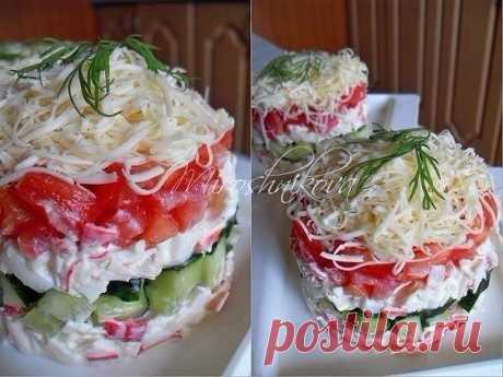 Безумный салат  Ингредиенты на 2 порционных салата: ●Крабовые палочки-200 гр. ●Яйцо вареное-2 шт. ●Свежий огурец небольшой-2 шт. ●Помидоры средние-2 шт. ●Сыр-60 гр. ●Майонез-3 ст.л