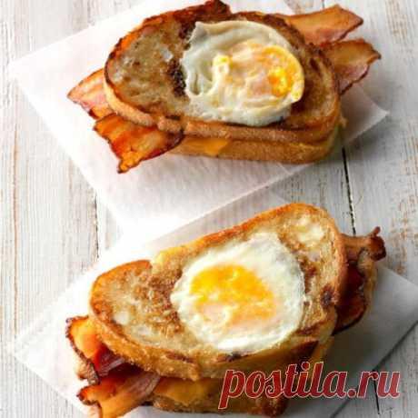 👌 Идеальная закуска: горячие бутерброды с беконом и жареным яйцом, рецепты с фото Любите завтракать бутербродами? Тогда вам гарантированно понравится этот рецепт. Это блюдо сочетает в себе 3 в 1: яичницу, жареный бекон и бутерброд с сыром. Всё вместе это превращ...