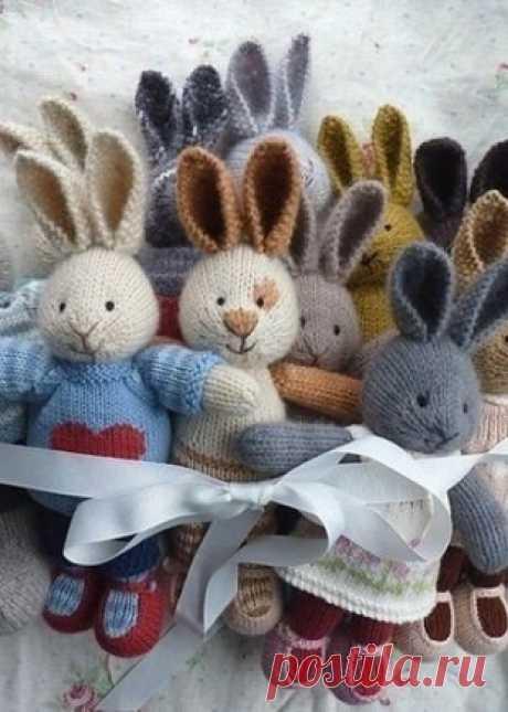 Вязаные спицами зайцы Веселые зайцы для ваших малышей связаны спицами. Подробное, пошаговое описание вязания игрушки спицами размещено в этой статье. Такая игрушка, изготовленная