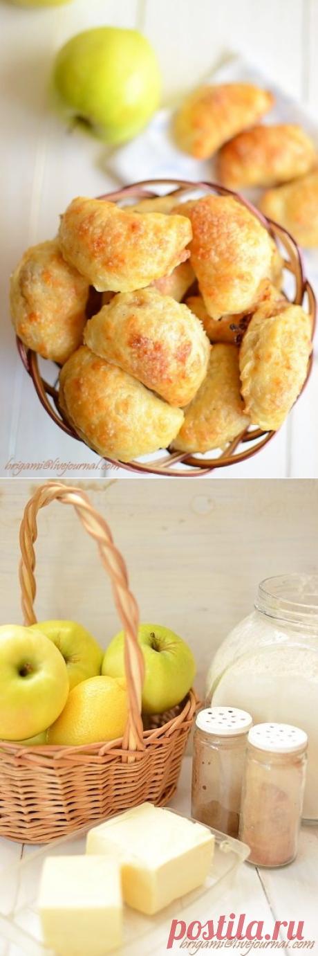 Сырные пирожки с яблочной начинкой