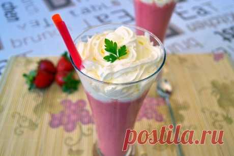 Клубничный смузи. Вкуснейший освежающий напиток - смузи из свежей клубники с молоком и сахаром, украшенный взбитыми сливками.