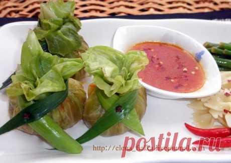 Los saquitos de col con la salsa en mejicano