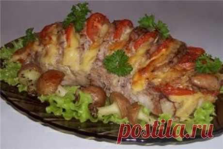 Мясо 'Гармошка' - вкуснятина неописуемая! Ингредиенты:  мясо мякоть (свинина/говядина)- 1 кг (+-)  помидор- 2 шт сыр твердый- 200 гр  чеснок- 3 зубчика Маринад:  лимонный сок- 1 ст.л  соевый соус- 2-3 ст.л  горчица- 1 ст.л  оливковое или растительное масло- 2 ст.л Приготовление:  Выбрать ровный (прямоугольный), плотный кусок мяса (как на буженину). На мясе сделать поперечные надрезы, не дорезая до конца. Смешать компоненты для маринада и смазать мясо со всех сторон и в надрезах, по вкусу посол