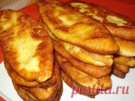 Нежнейшие тонкие пирожки с картошкой. Ингредиенты: Для теста: -картофельный отвар (теплый) - 1 ст. -дрожжи сухие - 1 ч. л. -сахар - 1 ст. л. -соль - 0,5 ч. л. -мука - 2,5 ст. Для начинки: -картофель (средний) - 6-7 шт. -лук репчатый - 2-3 шт. -сливочное масло - 50 гр. -Соль, молотый черный перец - по вкусу -Масло растительное - для жарки Приготовление: Готовим начинку: Картофель очистить и отварить в подсоленной воде до готовности. Затем слить отвар (часть оставить для тес...