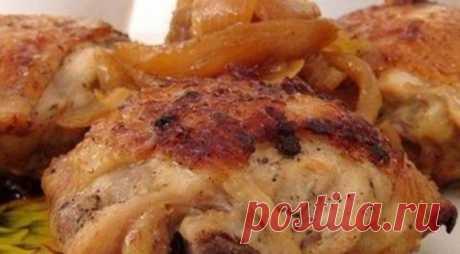 Жареные куриные бедра со вкусом шашлыка    Если вам уже приелась жареная курица, то очень рекомендую приготовить ее именно по этому рецепту. Бедра получаются очень вкусные и нежные, а маринованный лук придает им вкус шашлыка. Попробуйте!  П…