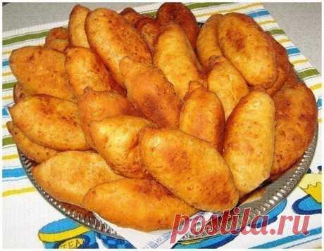 Жаренные творожные пирожки - ну очень вкусно!. Пирожки просто тают во рту!  Ингредиенты: Тесто творожное- 1 пачка творога ( 250 гр ), 2 яйца, 1ч.л.соли, 1 ст.л.сахара, 2-3 ст.л.сметаны, 2 ст.л. раст. масла, 1/2 ч.л. соды (погасить) мука Начинка - любая  Приготовление: Все ингредиенты смешать и добавить муки, чтобы получилось мягкое тесто.  Разделить на 15-16 шариков и вылепить пирожки с любой начинкой. Испечь во фритюре.