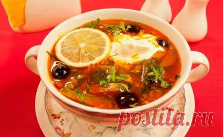 Вкуснейшая сборная солянка. Приготовьте обязательно  Ингредиенты: Филе куриное — 200–250 гСосиски, ветчина, сервелат — 500 гОгурец соленый — 2 шт.Рассол — 1/2 ст.Маслины — 1/2 банкиЛук — 1 шт.Морковь — 1 шт.Паста томатная — 1 ст. л.Чеснок — 1-2 долькиЗ…