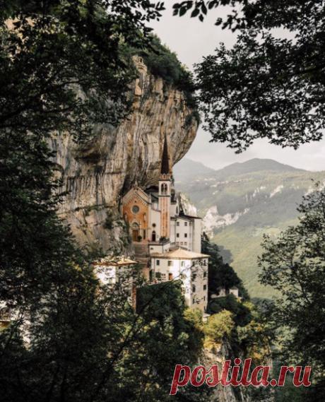 Святилище Богоматери Короны находится в 45 км к северо-западу от Вероны (Италия), в углублении на скале Монте-Бальдо. Церковь находится на высоте 775 метров над долиной Адидже. фото @chrispoops