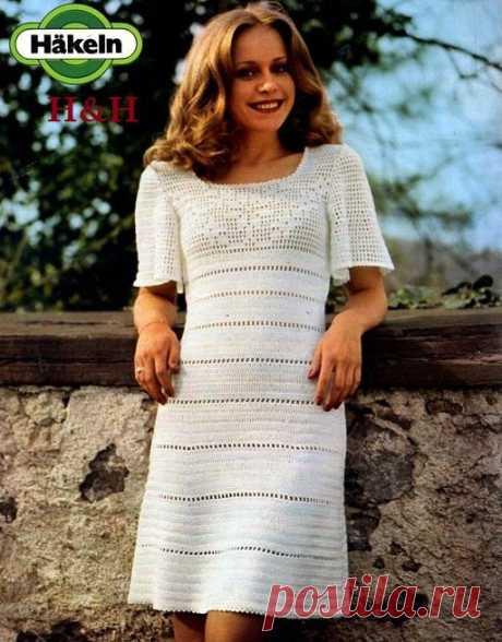 El vestido en el retro el estilo por el gancho. El vestido por el gancho con la coqueta de filete |