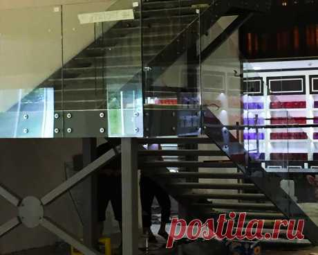 Лестница из стекла и металла
