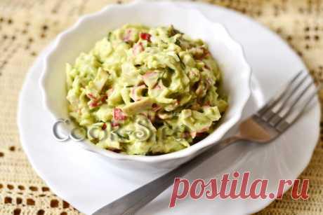 Салат с крабовым мясом и авокадо.