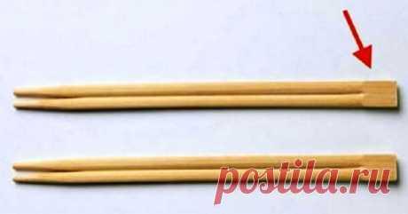А вы знали, для чего нужна эта часть китайских палочек? Все гениальное — просто!   Interesno.club В современном мире практически каждый время от времени берет в руки китайские палочки. Неважно, являетесь ли вы фанатом китайской кухни или предпочитаете побаловаться суши, вы пытаетесь «покорить» эти деревянные палочки. Как же мы поступаем, когда берем в руки этот прибор? Мы делим их на две отдельные палочки и приступаем, собственно, к самой трапезе. Но один момент мы упускае...