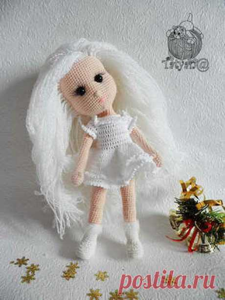 Кукла Снегурочка крючком Удивительной красоты кукла Снегурочка несомненно станет прекрасным подарком для вашей доченьки. Схему вязания куколки и описание найдете в данном посте.