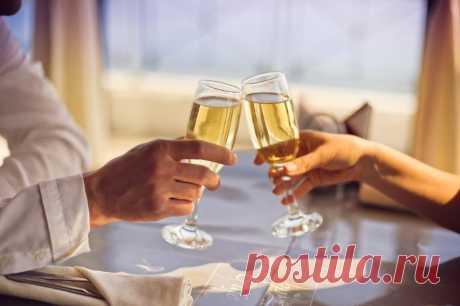 Почему супругам нельзя чокаться Откуда взялась традиция соприкасаться бокалами за столом и почему мужу и жене не стоит чокаться друг с другом.