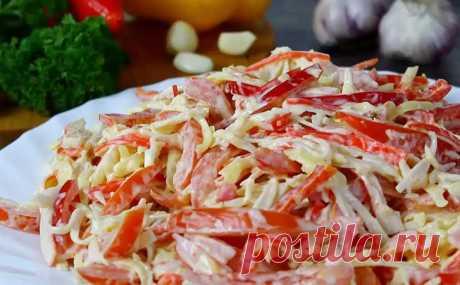 Салат Красное море покорил с первой ложки. Взяли обычные крабовые палочки и смешали с перцем, помидорами и сыром