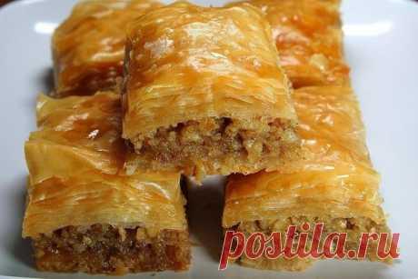Баклавас (Пахлава)  Ингредиенты: Упаковка теста фило (не слоеное тесто!); 250 г орехов (150 г грецких и около 100 грминдаля); Показать полностью…
