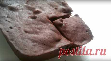Брауни в микроволновке Готовый брауни будет очень мягким, но нелипким. Перед подачей обязательно дайте ему постоять хотя бы минут 10. Кстати, в тесто можно добавлять орешки, сухофрукты, а также пряности и ароматные эссенции…