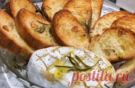 Бутерброды с икрой отдыхают: возьмите хлеб, чеснок, мягкий сыр и приготовьте супер вкусную закуску за 10 минут | Одна Минута