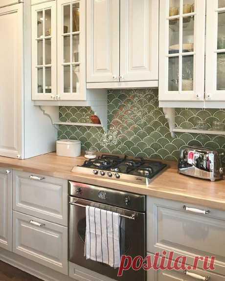 «Рыбья чешуя» на фартуке, веточки на стенах и раковина у окна – оригинальный ремонт кухни
