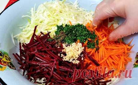 Только свекла, капуста и морковь, но салат получился выше всяких похвал. Тонкость в быстрой обжарке