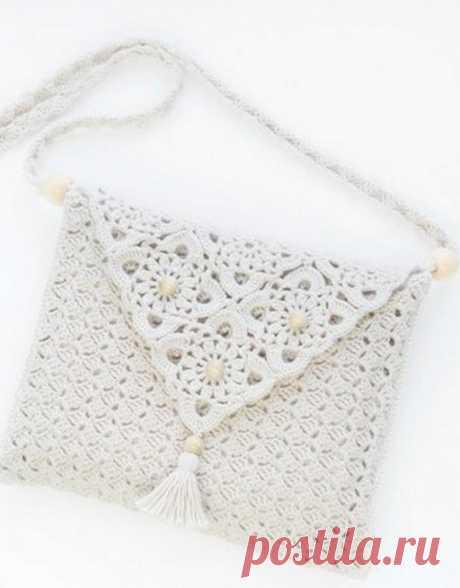 Нежная белая сумочка крючком
