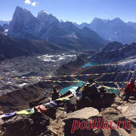 На вершине горы Гокиа Ри (5360 м). Внизу озеро Гокиа. #непал,#озеро,#гокиа,#горы,#гималаи,#гокиари,#путешествия