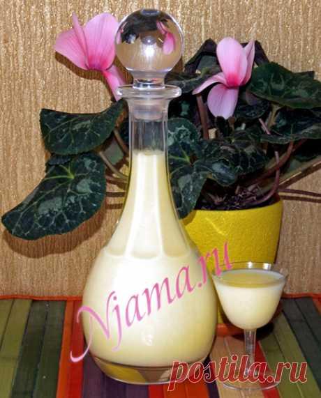 Лимонный крем (Crema di limone)   Готовим вместе с Нямой Отличный подарок к 8 марта - истинно женский ликёр!  Нам понадобится:Цедра 12 лимонов  1 литр спирта (водкой не заменять) 2 литра цельного молока (в тетрапакетах не подойдёт) 2 кг сахара  1 стручок ванили (ванильным сахаром не заменять)  Для начала, лимоны хорошо промываем, заливаем крутым кипятком и держим несколько минут. С лимонов срезаем цедру, не задевая белую часть, укладываем её в стеклянную (!!!) банку с п...