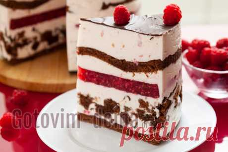 Biscuit cake with raspberry.