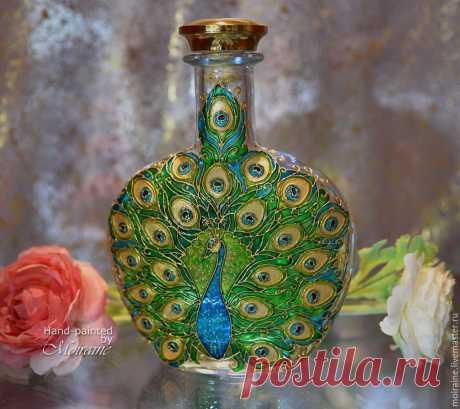 Бутылка `Павлин`. Витражная роспись - витражные контуры и лаки, стеклянные гели. Полностью функциональна.