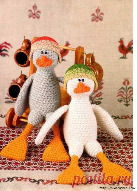 Вязанная игрушка - два Гуся
