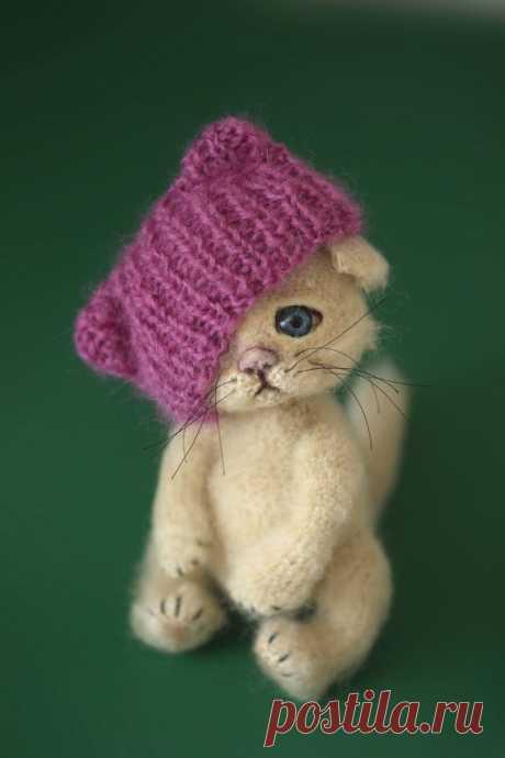 PDF Котик в шапочке крючком. FREE crochet pattern; Аmigurumi animal patterns. Амигуруми схемы и описания на русском. Вязаные игрушки и поделки своими руками #amimore - котик, кот, кошечка, кошка, котенок.