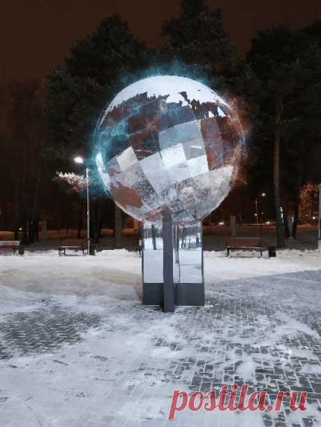 """Зеркальный земной шар в парке """"Космос"""" в Каменск-Уральске."""